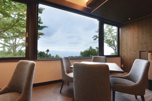 窓から海を眺める新しい客席