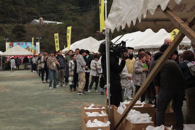 大川黒牛・はちきん地鶏・大川村でとれた野菜を受取りに並ぶ行列