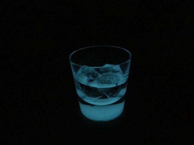 「獺祭 純米大吟醸 磨き二割三分」をロックで提供。グラスは底が光り、この明かりをもって空間は完成します。