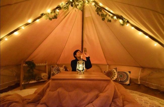 テントの中を大公開♪コタツとたくさんのクッションでリラックスできます。