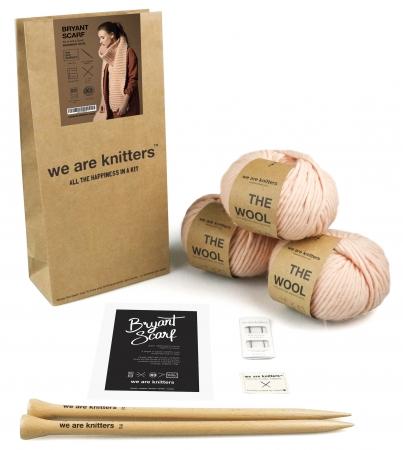 編み物をするために必要なものが全て揃った編み物キット。必要な材料・道具(編み糸、編み針、編み方レシピ、We Are Knittersオリジナルタグ、とじ針)が、再利用可能な再生紙から作られたペーパーバッグの中に全て入っています。