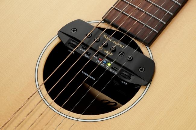 一般的なアコースティック・ギターのラウンド・サウンドホールにマッチし、取り付けも簡単。