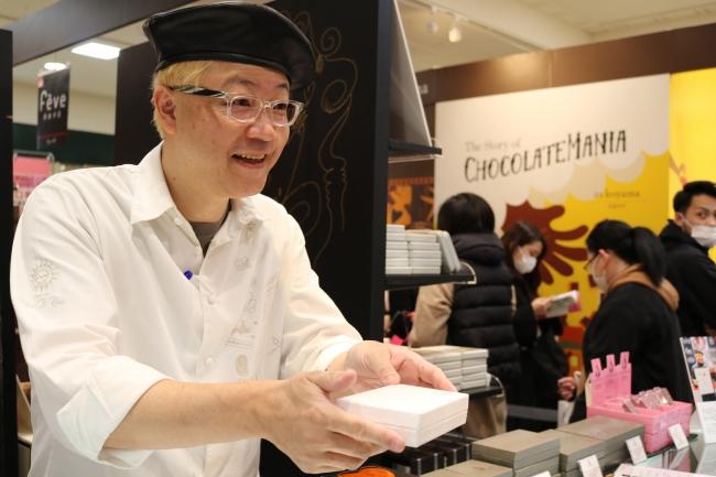接客をする<アッシュ チョコレートワールド>辻口 博啓シェフ