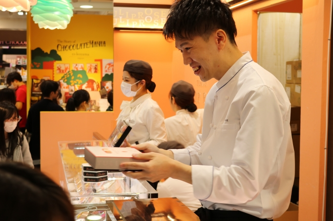 お客様に商品を手渡す<TOKYOチューリップローズ>金井 理仁シェフ
