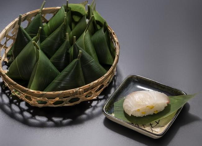 <いづう> 鯛柚の笹巻寿司 (1個)486円 ※実演