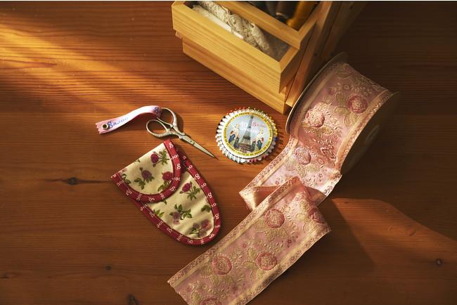 <サジュー> 左から はさみ 7,700円、まち針1,980円 <ジュリアンフォール社>ジャガード織リボン(1m)6,380円