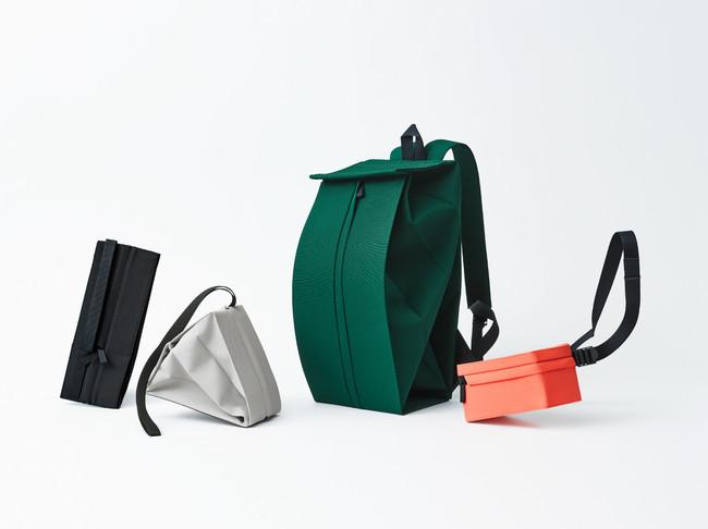 CHOCHIN 左より:三角ショルダー(畳んだ状態と開いた状態)、バックパック(新色)、ウエストバッグ(新型・新色)