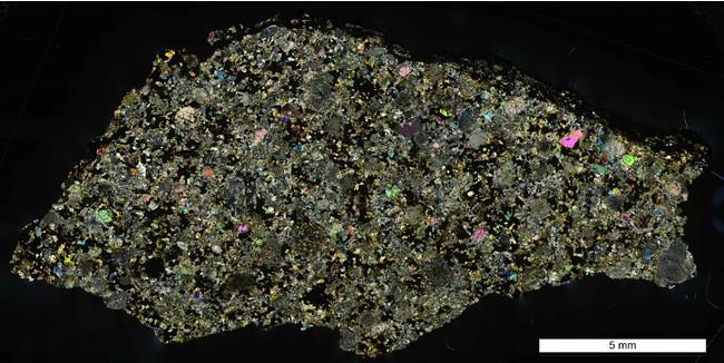 習志野隕石薄片の偏光顕微鏡写真(スケールバーは5mm、cross-polarized light) (写真:国立極地研究所)