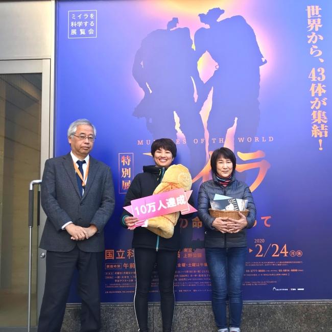 左より:国立科学博物館副館長兼人類研究部長 篠田謙一、山口沙織さん親子