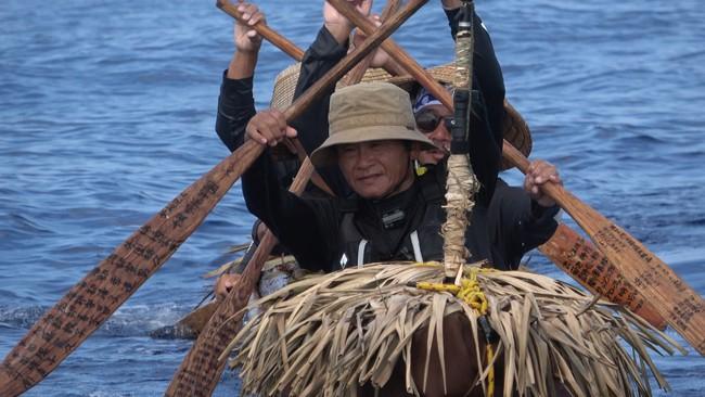 与那国島を目指して昼夜を徹して丸木舟を漕ぎ続けた