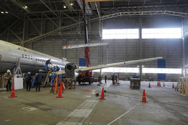 2020年1月15日 左主翼取り外し作業(3)クレーンで主翼を吊り上げはずした瞬間 国立科学博物館