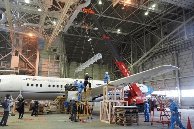 2020年1月15日 左主翼取り外し作業(1)クレーンで主翼を支える 国立科学博物館
