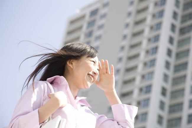 笑顔で働く女性