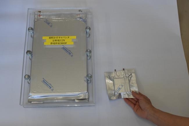電気二重層キャパシタ。同じく焼酎かす由来の活性炭を電極に使用。蓄電と放電が出来るバッテリーとしての役割を持つ。金属空気燃料電池と組み合わせることで、高電力を安定して供給できます。