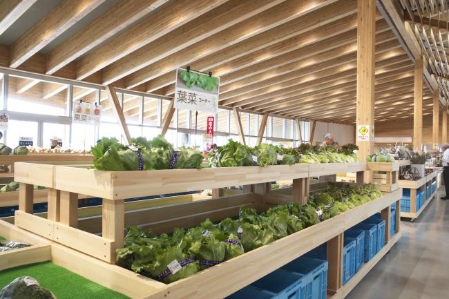 地元産の野菜などが並ぶ店内