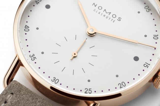 ローズゴールドの針、グレーのインデックス、バイオレットの分マーカー。これらが織りなす絶妙のハーモニーが、ローズゴールドのメトロをとびきりエレガントな時計にするのです。