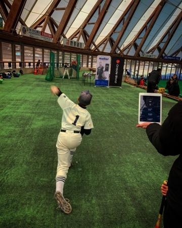 motus BASEBALLを着用しての投球場面