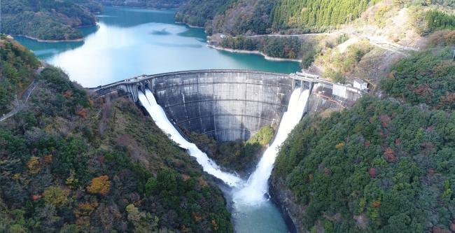 上椎葉ダム(放流の様子)