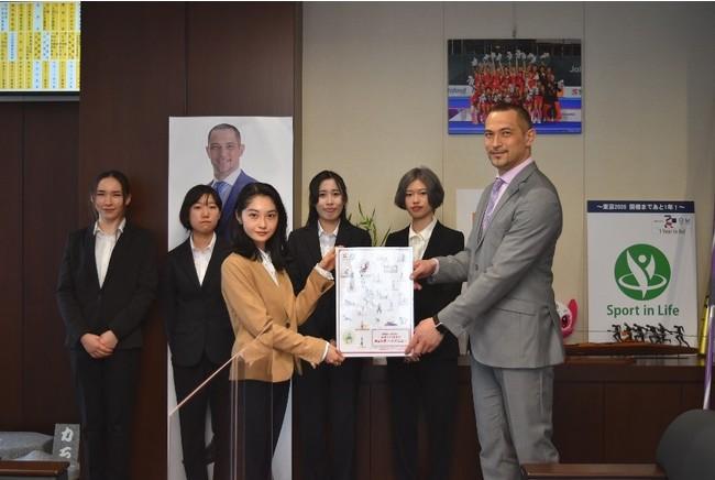 Myスポーツメニューのイラストを制作した武蔵野美術大学の学生と室伏長官