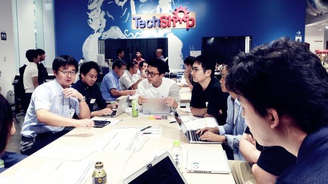 Techshop Tokyoキックオフにて、ワークショップにて自チームの案を練る参加者