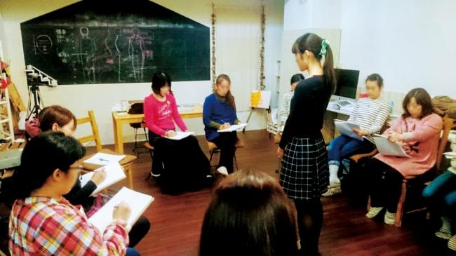 ウーマンクリエイターズカレッジ「絵本の学校」仕込みのノウハウにより、現役の第一線で活躍する個性的な講師が招かれる。