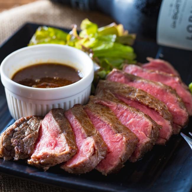 肉バルmottoではサーロインステーキも低温調理