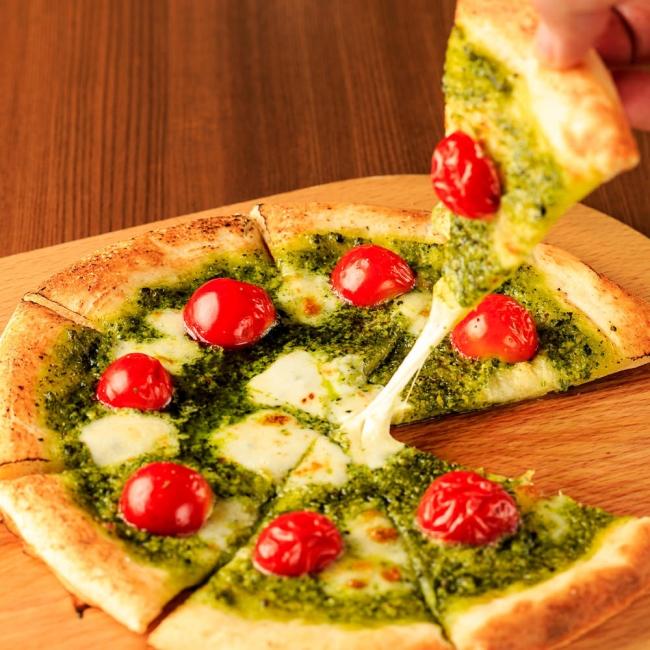 バジルとモッツアレラのピザ