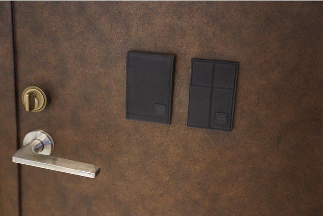 背面にもマグネットを内蔵しているため、玄関ドアや冷蔵庫などにも付きます