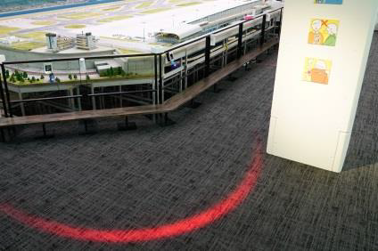 2メートルの立ち位置を示したホロライト (C)SMALL WORLDS
