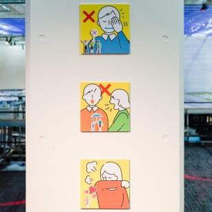 展示内に、エチケットに関するサインを掲示 (C)SMALL WORLDS