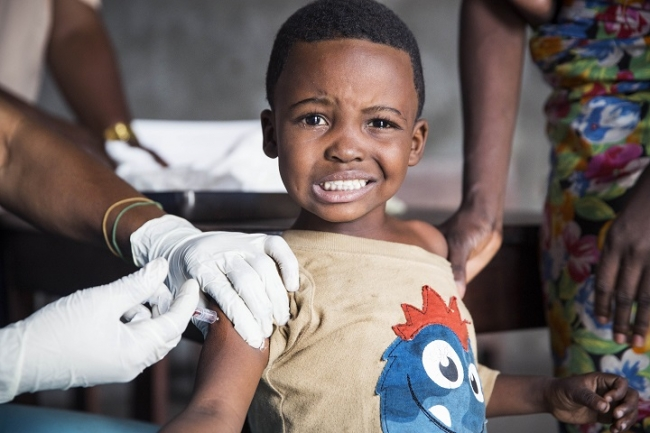 コンゴ民主共和国のキンシャサで予防接種を受ける男児 (C) Dieter Telemans