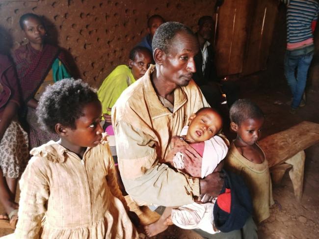 ゲデオの教会に身を寄せ、医師の診察を待つ国内避難民の家族 (C) Markus Boening MSF