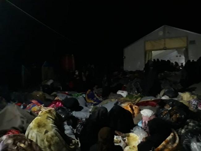 2月に新しくキャンプに到着した避難民は、場所が足りず、雨の野外で過ごした (C) MSF
