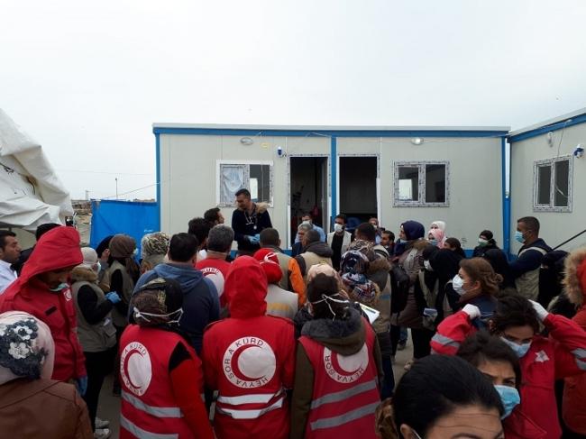 到着した人びとを受け入れトリアージするMSFチーム (C) MSF