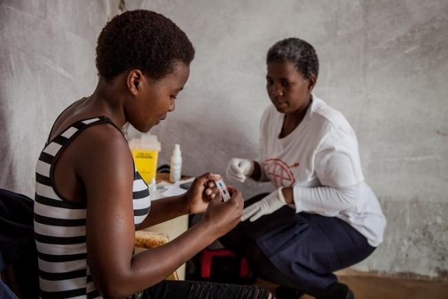 HIV感染率の高い遠隔地でHIVテストを実施する保健スタッフ (2016年撮影)(C) Greg Lomas MSF