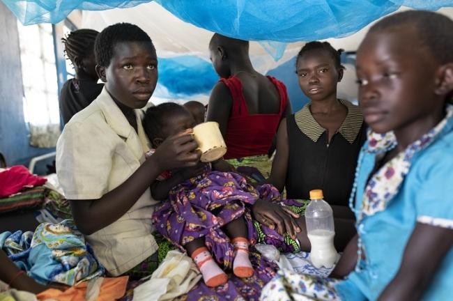 民族間の争いを逃れ、イトゥリ州ブニアの避難民キャンプで暮らす親子 (C) Pablo Garrigos MSF