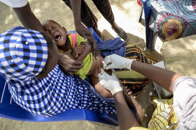 ナイジェリア・ボルノ州で5歳未満児にPCVの予防接種を行うMSFチーム(2016年11月撮影)© Aurelie Baumel MSF