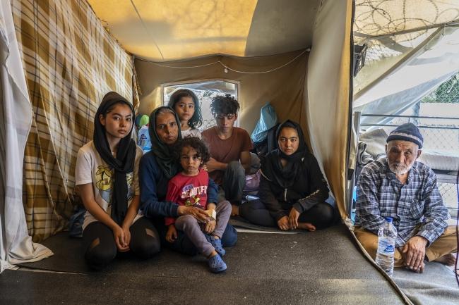 ギリシャでキャンプ生活を送る家族。他の家族と同居するテントは細かく仕切られ、夜間は足を伸ばすことも出来ない (C) Anna Pantelia MSF