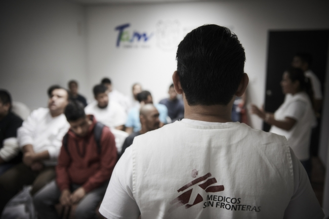 メキシコと米国の国境で送還者を対象に一時診療や心理ケアを提供するMSFスタッフ (C) Christina Simons
