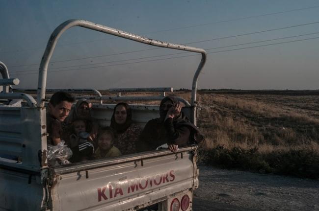 アイン・イッサでの戦闘から避難する人びと(10月11日撮影) (C) Jake Simkin