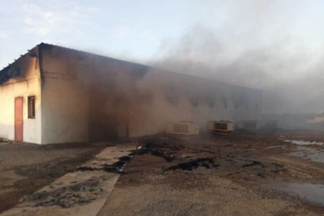 空爆で延焼したMSF病院敷地内の薬局 (C) MSF