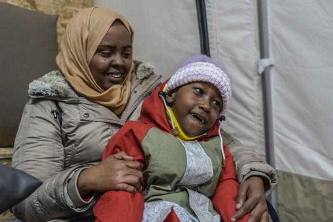 麻痺がある息子と共にソマリアからギリシャにたどり着いた女性 (C) Anna Pantelia/MSF