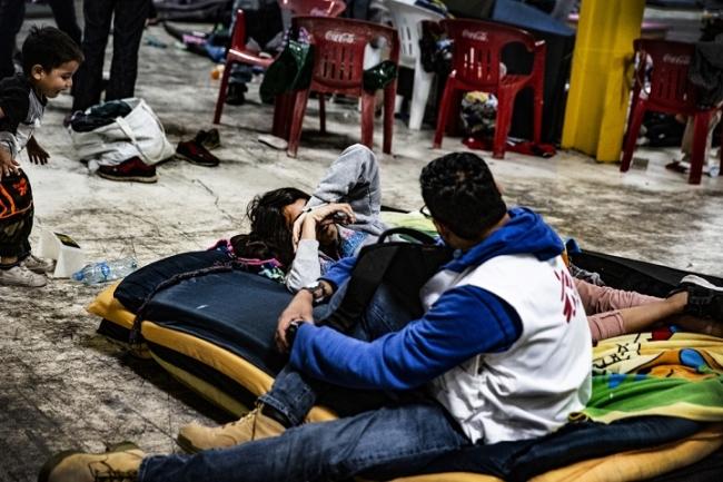 メキシコ北部で移民キャラバンの援助をするMSFスタッフ (C) Juan Carlos Tomasi/MSF