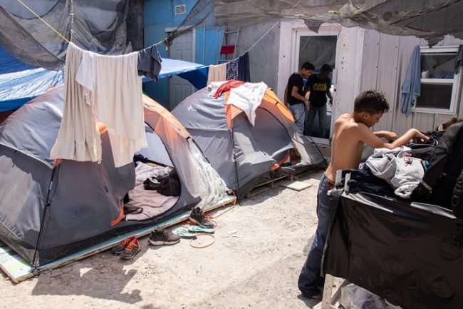MPPの施行によってメキシコ側に追いやられ劣悪な環境で暮らす人びと (C) MSF
