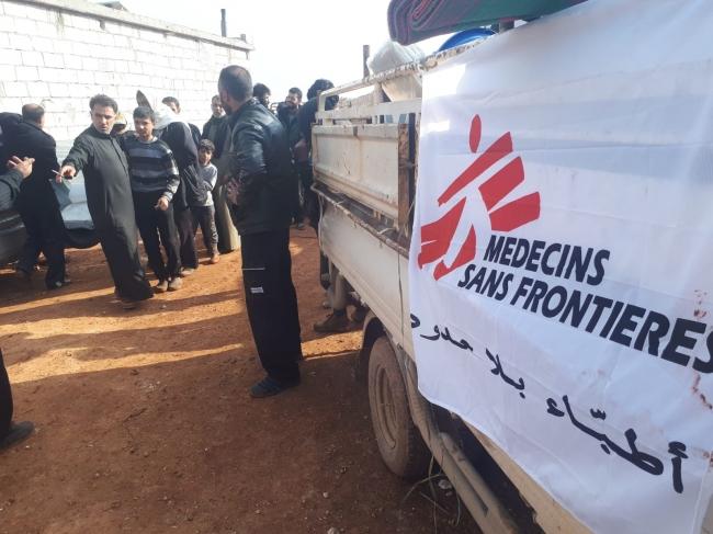 イドリブ県北部で、シリア各地から避難してきた住民に対し必須の生活用品を配布するMSFチーム (C) MSF