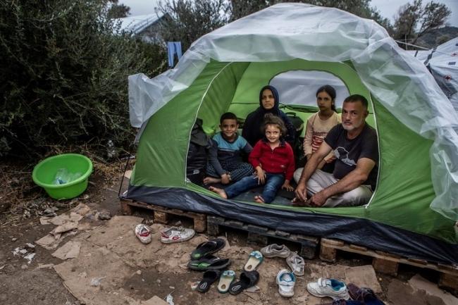 モリアの難民キャンプで5人家族がひとつのテントで暮らす=2019年撮影 (C) Anna Pantelia/MSF