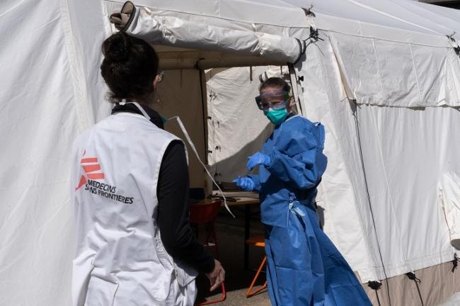 ベルギーの首都ブリュッセルに特設された医療テントで、感染疑いのある移民の医療援助にあたるMSFスタッフ (C) Joffrey Monnier/MSF