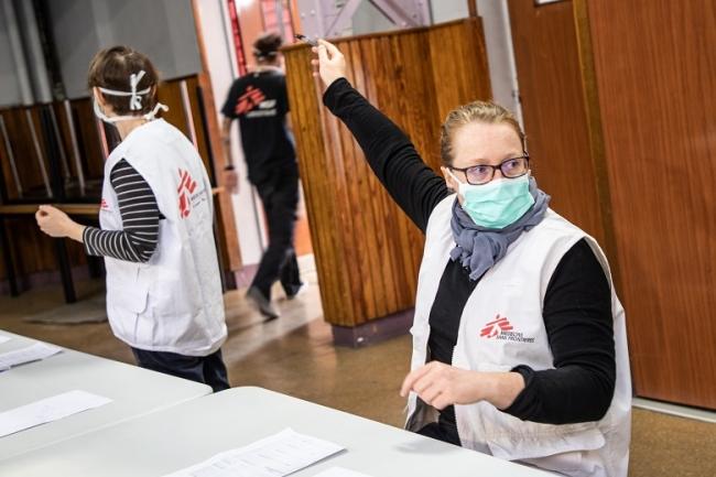 新型コロナウイルス感染症に対する医療援助にあたるMSFスタッフ (C) Agnes Varraine-Leca/MSF