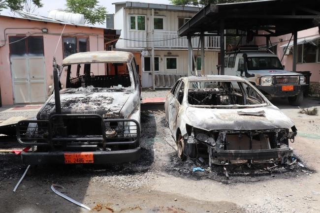 病院敷地内で破壊された車両 (C) Frederic Bonnot/MSF