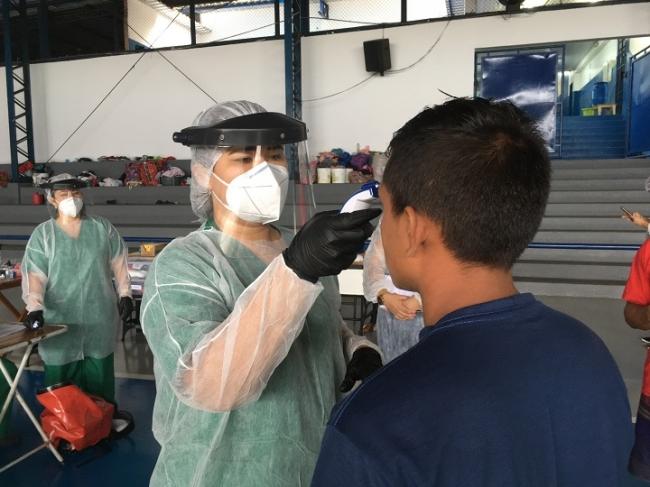 南米ブラジル・アマゾン熱帯雨林地帯の最大都市マナウスで、先住民族を対象に検温のスクリーニングを行うMSFの看護師 (C) MSF